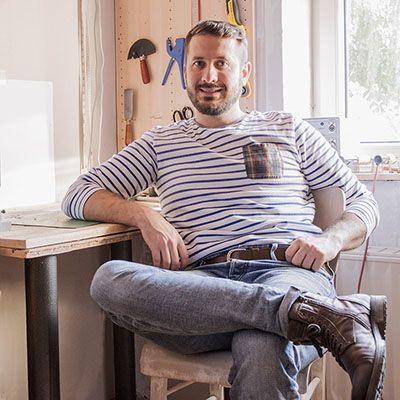 Masoni Nicolas artisan maroquinier de Belgique dans son atelier
