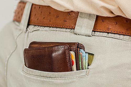Portefeuille dans une poche arrière de pantalon.