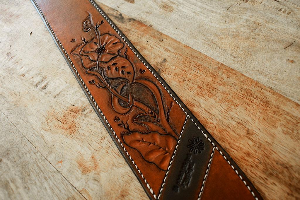 Sangle de guitare fleurs gravure sur cuir