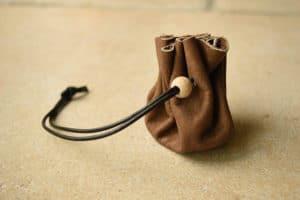 bourse en cuir simple avec perle en bois Masoni Maroquinerie