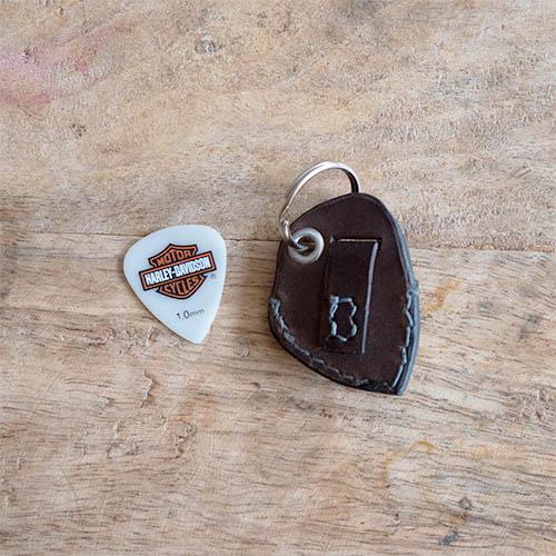 Accessoire en cuir pour guitariste