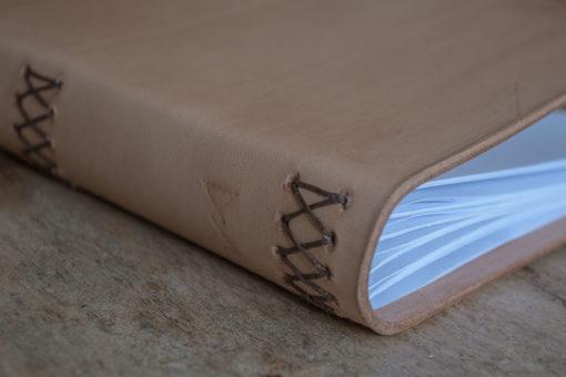 Livre en cuir Masoni Maroquinerie livre cousu main artisanal