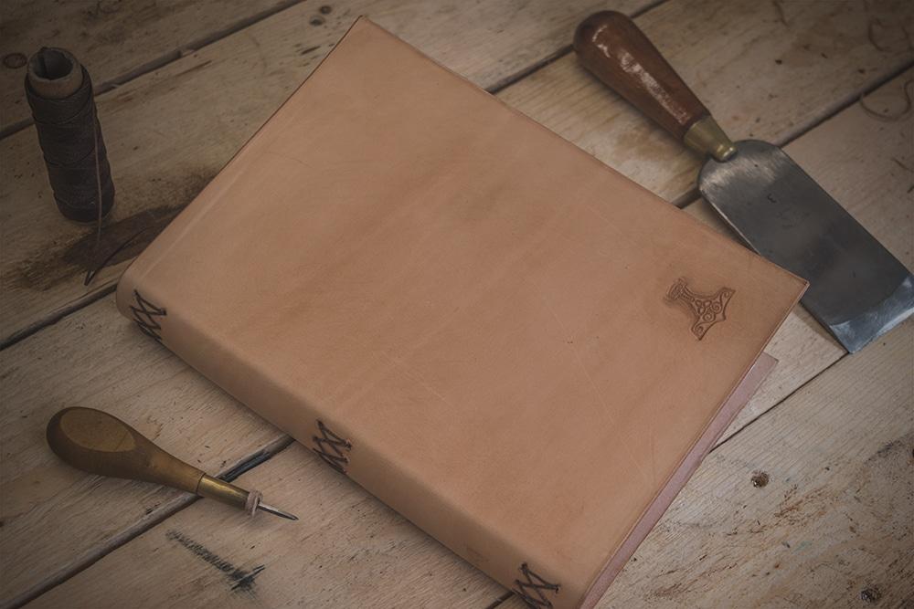 Couvre-livre en cuir tuto Masoni Maroquinerie Ma Rock inerie artisan maroquinier