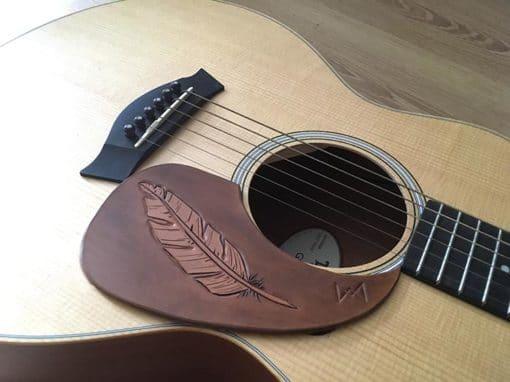 Pickguard en cuir pour guitare acoustique plume personalisable masoni maroquinerie