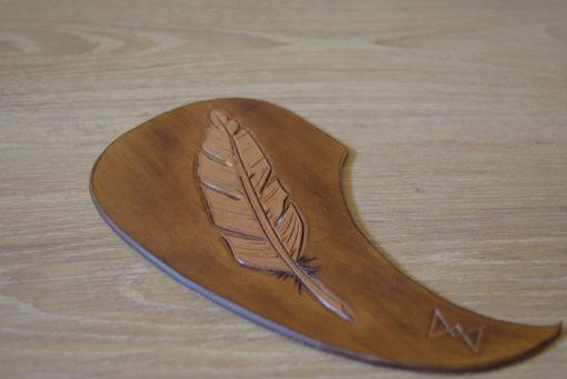 pickguard en cuir pour guitare classique et accoustique Masoni Maroquinerie dessin plume gros plan