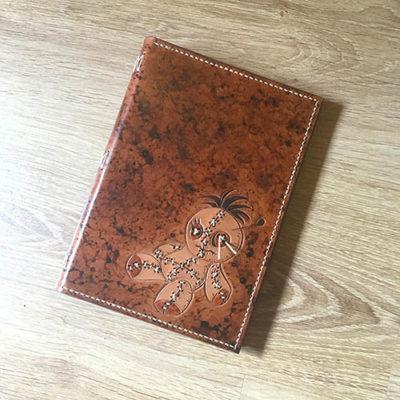 Couvre-livre en cuir format A5 poupée vaudou