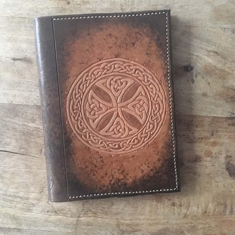 couvre livre croix celtique